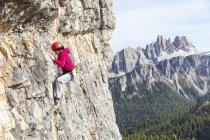 Italien, cortina d 'ampezzo, frau klettert in den dolomiten — Stockfoto