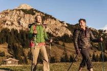 Caminhadas de casal nas montanhas austríacas — Fotografia de Stock
