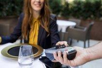 Frau bezahlt im Restaurant mit Kreditkarte — Stockfoto