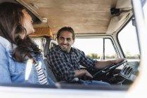 Pareja cariñosa haciendo un viaje por carretera en su caravana - foto de stock