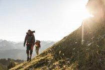 Couple randonnée dans les montagnes autrichiennes — Photo de stock