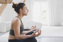 Donna seduta a praticare yoga — Foto stock