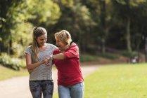 Neta e avó se divertindo, correndo juntos no parque — Fotografia de Stock
