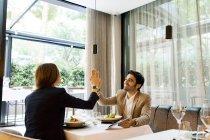 Щаслива людина і жінка з планшетом в ресторані високої п'ятірки — стокове фото