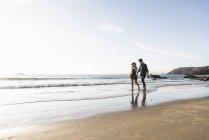 Франція, Бретань, молода пара йдучи рука об руку на пляжі — стокове фото
