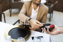 Mann bezahlt mit Kreditkarte in Restaurant — Stockfoto