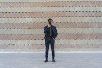 Giovane uomo d'affari alla moda che prende selfie con il telefono cellulare — Foto stock