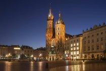 Polen, Krakau, Altstadt, Stadtsilhouette mit der Marienkirche bei Nacht — Stockfoto