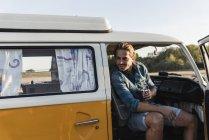 Junger Mann auf Roadtrip mit seinem Wohnmobil, macht Pause — Stockfoto