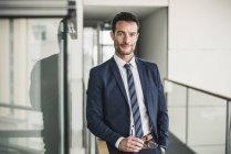 Ritratto di un uomo d'affari di successo, in piedi in un edificio per uffici — Foto stock