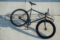 Bicicleta fija de viajero personalizada en la pared de hormigón - foto de stock