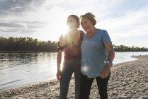 Подходит бабушка и внучка ходить по реке, весело — стоковое фото