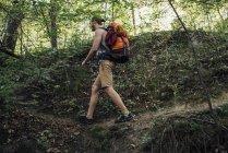 Молода людина з рюкзаком походи в лісі — стокове фото