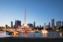 Estados Unidos, Illinois, Chicago, Skyline, Millenium Park con Buckingham Fountain a la hora azul - foto de stock