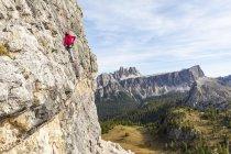 Italia, Cortina d'Ampezzo, donna che usa il gesso poweder mentre si arrampica sulle Dolomiti — Foto stock
