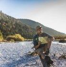 Homem maduro com mapa na ribeira — Fotografia de Stock