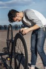 Молода людина ремонту приміського велосипеда fixie — стокове фото