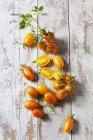 Tomates cocktail entières et tranchées 'Artisan Blush Tiger' sur bois — Photo de stock