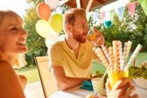 Casal feliz em uma festa de jardim — Fotografia de Stock
