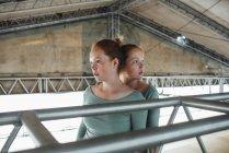 Червоноголовий близнята стоячи під дахом — стокове фото