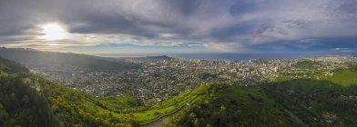États-Unis, Haswaii, Oahu, Honolulu, vue de Tantalus Lookout au lever du soleil, Puu Ualakaa State Park — Photo de stock