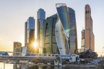 Росія, Москва, Фінансовий район з сучасними хмарочосами на заході сонця — стокове фото