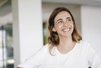Ritratto di una giovane imprenditrice raggiante — Foto stock