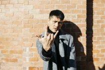 Uomo che mostra il segno del rock and roll — Foto stock
