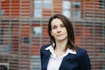 Retrato de uma empresária confiante fora do prédio de escritórios na cidade — Fotografia de Stock