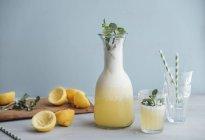 Limonata fatta in casa addolcita con miele in caraffa e vetro — Foto stock