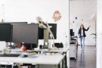 Glückliche Geschäftsfrau jongliert im Büro mit Bällen — Stockfoto