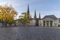 Deutschland, niedersachsen, oldenburg, altstadt, scloosplatz und st.lambertikirche — Stockfoto