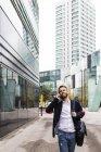 Homem de negócios elegante falando no telefone celular na cidade — Fotografia de Stock