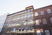 Німеччина, Берлін-Мітте, історичний невідремонтований багатосімейний будинок — стокове фото