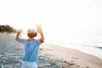 Таїланд, Районг, жінка, користуючись окулярами віртуальної реальності на пляжі. — стокове фото