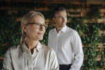 Бізнесмен і бізнесжінка в зеленому офісі мислення — стокове фото