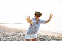 Таїланд, жінка користується віртуальними окулярами реальності на пляжі вранці. — стокове фото