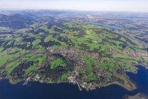 Allemagne, Bavière, Vue aérienne du lac Chiemsee, Prien, Rimsting et Schafwaschener Winkel au premier plan. Rosenheim et Simsee en arrière-plan — Photo de stock