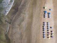 Bali, Kuta Beach, file di ombrelloni, vista aerea — Foto stock