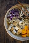 Minestra di miso Ramen con tagliatelle, germogli di ravanello rosso, zucca, tofu fritto, shimeji e fungo di tromba del re — Foto stock
