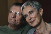 Portrait de couple de personnes âgées confiantes détournant les yeux — Photo de stock