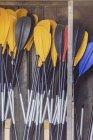 Кашляти весла, притулившись до стіни в дерев'яному сараї. — стокове фото
