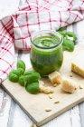 Bicchiere di pesto fatto in casa Genovese, ingredienti e asciugamano da cucina — Foto stock