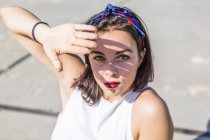 Портрет красивой молодой женщины, прикрывающей глаза — стоковое фото