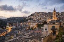 Italia, Sicilia, Modica, paisaje urbano por la noche con la iglesia San Giorgio — Stock Photo