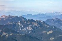 Allemagne, Bavière, Chiemgau, Préalpes bavaroises au premier plan, Alpes à l'arrière-plan — Photo de stock