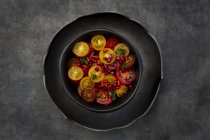 Oriental tomato salad with pomegranate seeds and mint — стоковое фото