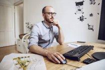 Architetto che lavora dal suo ufficio di origine — Foto stock
