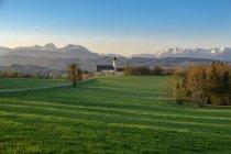 Alemania, Baviera, Alta Baviera, Oberland, Mangfall Mountains, Vista de St Marinus y la iglesia de peregrinación de Anian en la luz de la mañana - foto de stock