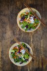 Glass noodle salad  with pak choi, carrot, red cabbage and peanuts, from above — Foto stock